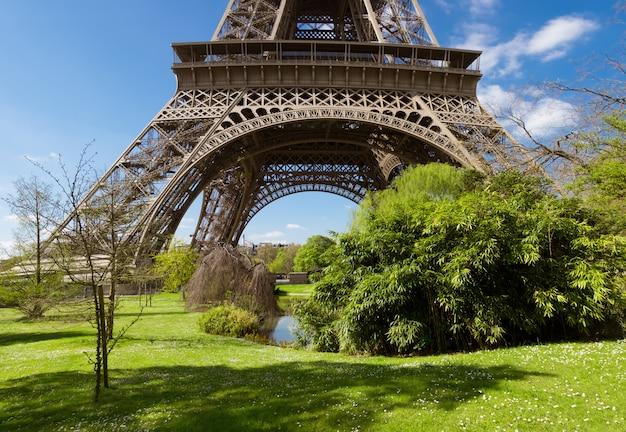 パリ、春の明るい日にエッフェル塔