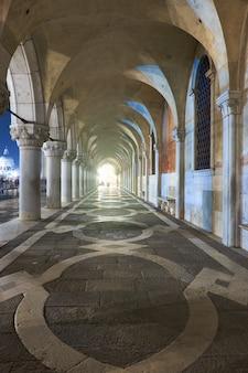 イタリア、ベニスのドゥカーレ宮殿のサンマルク広場の古代アーチ