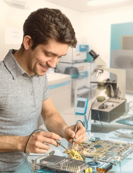 技術者またはエンジニアが研究施設の電子機器を修理する