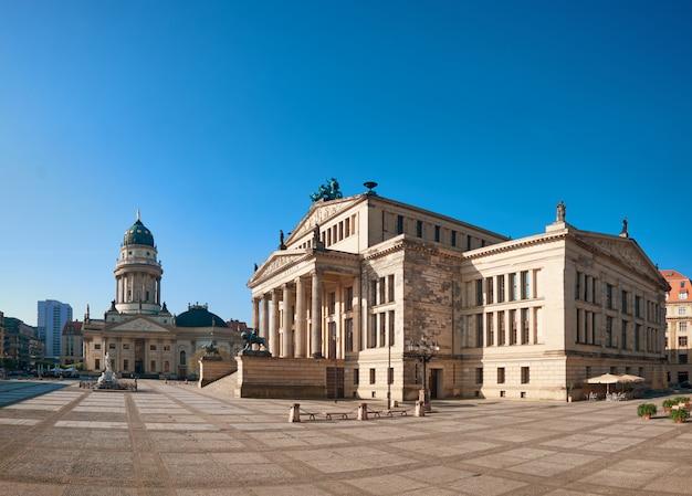 ドイツの教会とコンサートホールがあるベルリンのジャンダルメンマルクト広場