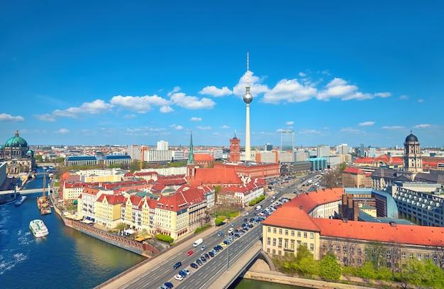 シュプレー川やテレビ塔など、春の明るい日にベルリン中心部の空撮