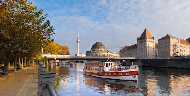 ベルリン、秋の観光船とシュプレー川