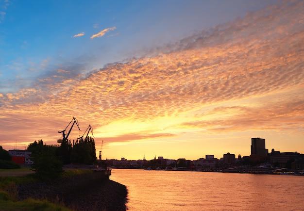 Гавань гамбурга на закате в германии