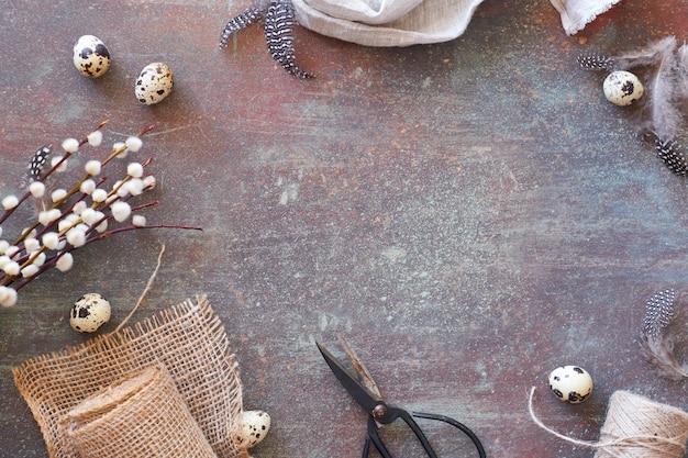 春の装飾と灰色の織り目加工の木製の表面にフラットレイアウト