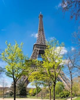 Париж, панорама эйфелевой башни в яркий весенний день