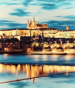 プラハ城と川を渡る周辺の建物