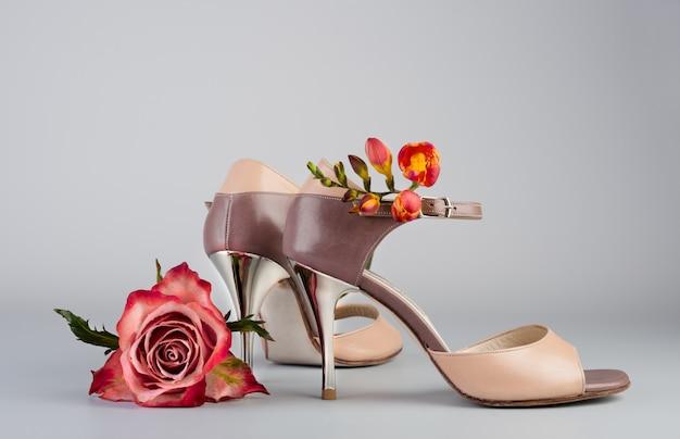 Танго обувь и цветы