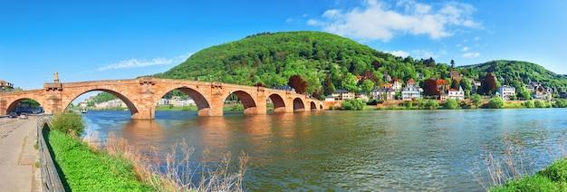 春、ハイデルベルク、ドイツのネッカー川に架かる古い橋