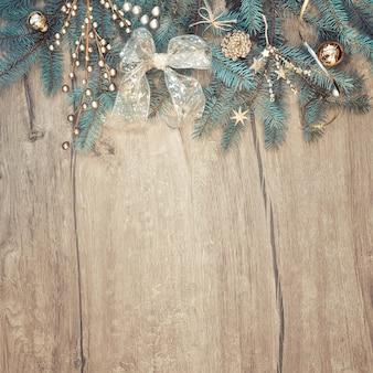 木の装飾が施されたモミの木の枝の境界線とクリスマスの背景