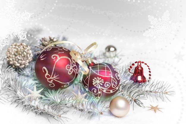 クリスマスツリー、雪の上の枝の装飾