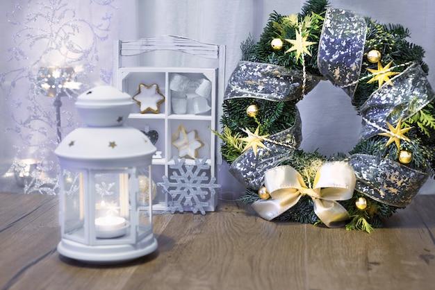 Фонарь, свечи и елочные украшения
