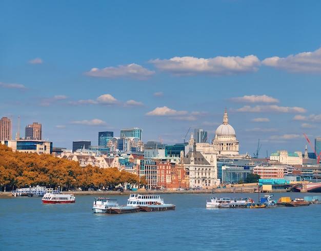 ロンドン、セントポール大聖堂と川沿いのスカイライン