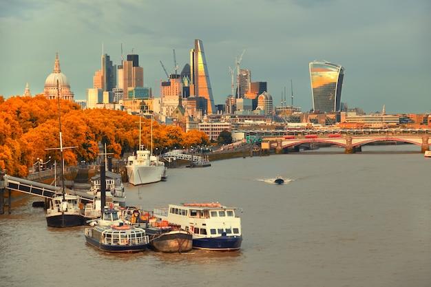 ロンドン、セントポール大聖堂とブラックフライアーズ橋の川の眺め