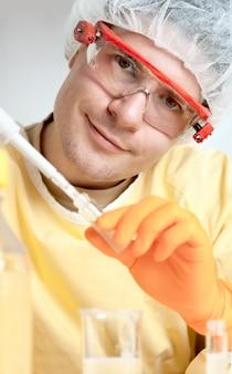 笑顔の若い微生物学者の肖像画