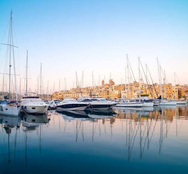 Парусные лодки на пристани сенглеа в гранд бэй, валетта, мальта
