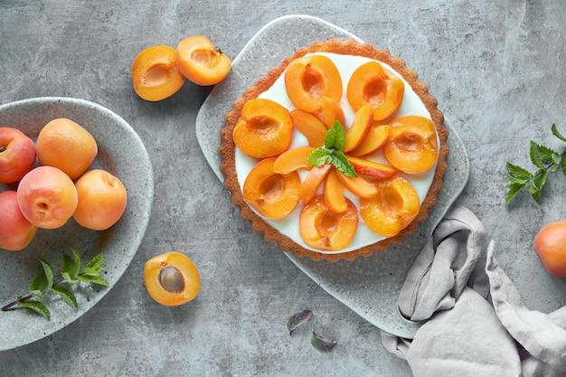 Вид сверху абрикосовый пирог с мяты