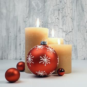 Рождественские адвент свечи с красными украшениями, пространство текста