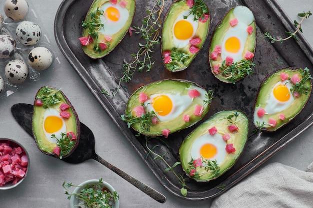 Кето диетическое блюдо: авокадо с кубиками ветчины, перепелиными яйцами и ростками кресс-салата