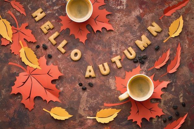 Осеннее время, квартира лежала на темноте с листьями, печеньем и кофе