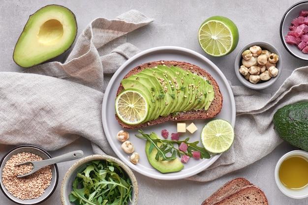 グリーンサラダとアボカドのサンドイッチ