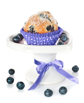 白で隔離される装飾板にブルーベリーのカップケーキ