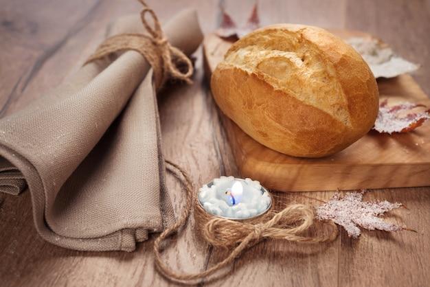 冬の装飾と木製のプレートにロールパン