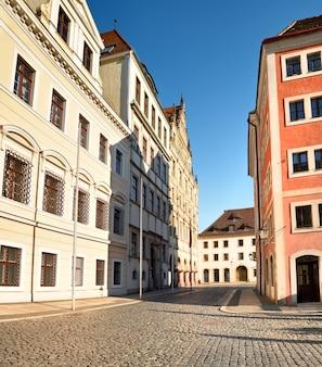 歴史的な家屋やザクセン、ドイツのゲルリッツのダウンタウンの古い石畳