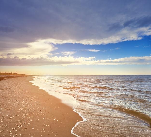 日没前に北ドイツのヒデンゼー島の人けのないビーチ