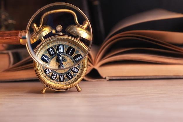 虫眼鏡を通して時間を示すビンテージ目覚まし時計