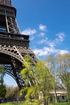 春の明るい晴れた日にエッフェル塔