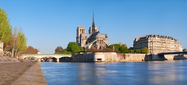 火災前の春のパリのノートルダム大聖堂の無傷の東ファサード、コピースペースを持つ正方形の組成
