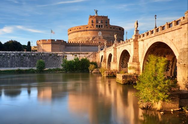 Замок святого анджело и мост через реку тибр в риме