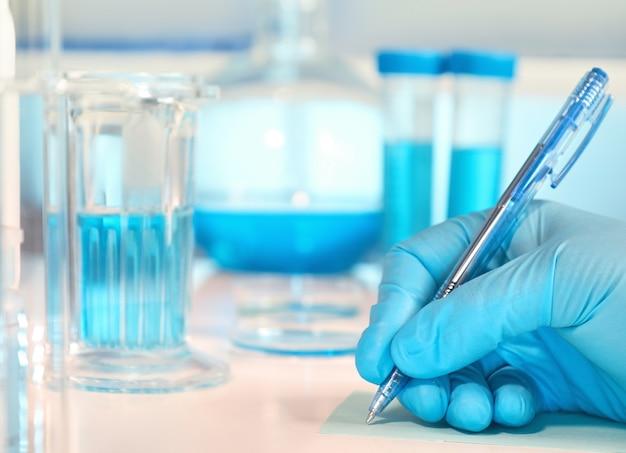 科学、医学、または教育。焦点が合っていない生物学または生化学ラボ