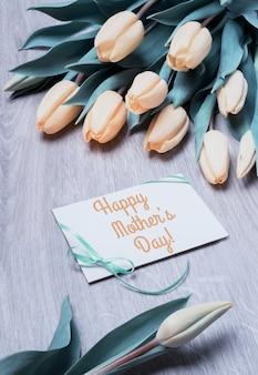 チューリップの束とグリーティングカード「幸せな母の日」