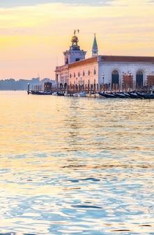 Догана-да-мар, венеция, италия, рано утром