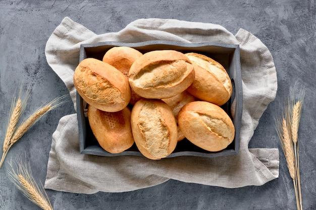 小麦の耳、上から見ると素朴な木のバスケットでパンのパン