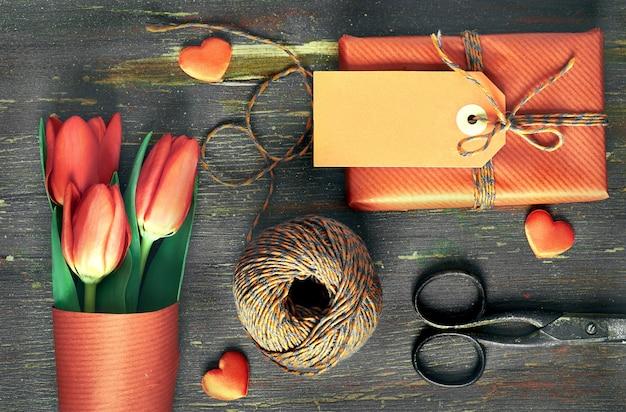 Упакованный подарок с биркой