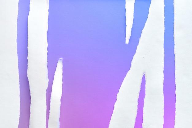 鮮やかな紫と青のネオン紙に引き裂かれた白い紙の縞、