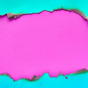 端が焦げた鮮やかなカラーペーパー、コピースペース付きのフラットレイ