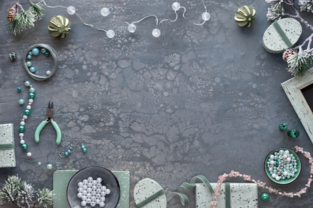Изготовление украшений ручной работы для друзей в качестве рождественских подарков. квартира лежала на темном фоне текстурированных с копией пространства.