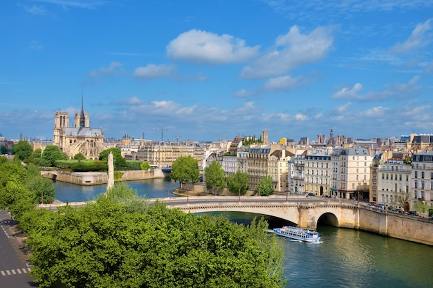 春、空撮のパリのノートルダム大聖堂