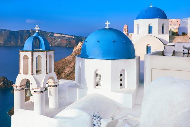 青いキューポラと地元の教会