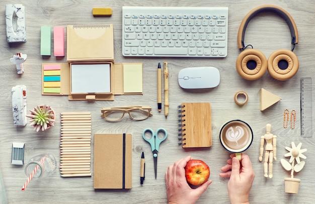 コンセプトフラットは、使い捨てプラスチックを使用せず、環境にやさしい持続可能な素材から作られた近代的なオフィス用品を使用して、無駄を減らし、持続可能なライフスタイルを整えます。