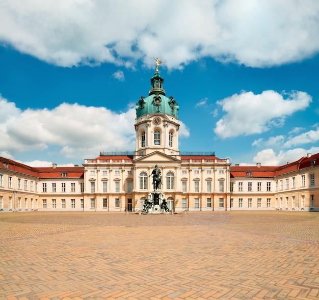 明るく晴れた日にベルリンのシャルロッテンブルク宮殿