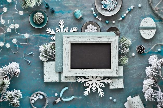 友達へのクリスマスプレゼントとして手作りのジュエリーを作ります。暗いコピースペースにフラットレイアウト
