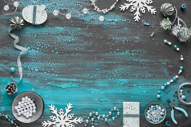 友達へのクリスマスプレゼントとして手作りのジュエリーを作ります。フラットレイアウト、コピースペース