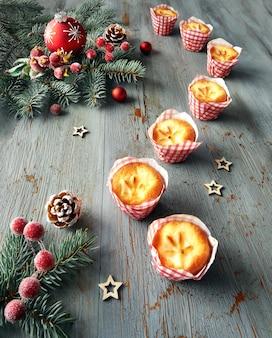 Лимонные мини кексы на деревенском столе с елочными украшениями