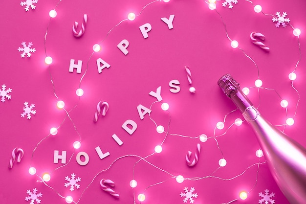 新年やクリスマスのパターンは、テキスト「ハッピーホリデー」で平面図の平面図の壁を築きました。紙雪片、ガラス玉のガーランドがピンクの壁を照らします。トレンディな光るモノクロの染められた壁。