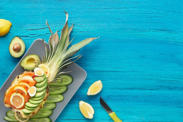 Лодка ананаса на потрескавшейся бирюзовой стене, пространство для текста