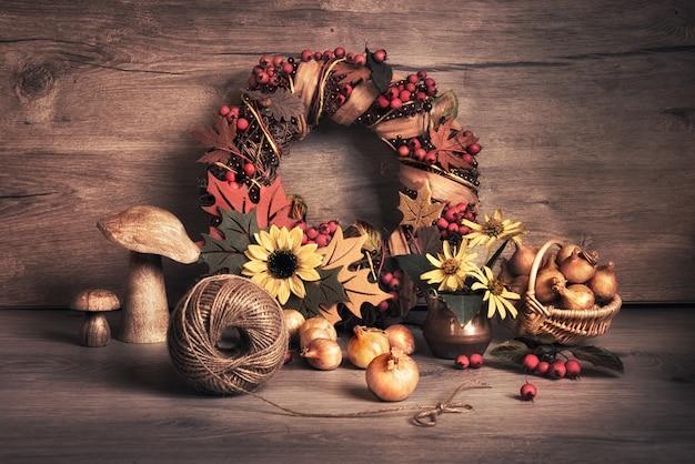 秋の花輪とキノコと玉ねぎのある静物